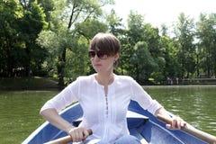 Barco de rowing de la muchacha fotografía de archivo