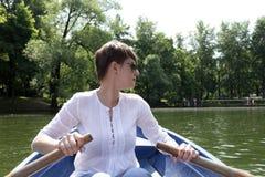 Barco de rowing de la mujer imágenes de archivo libres de regalías