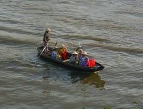 Barco de rowing de la mujer en el mercado flotante de Nga Nam en Soc Trang, Vietnam Imágenes de archivo libres de regalías