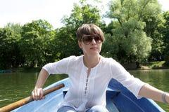Barco de rowing de la persona imagen de archivo libre de regalías