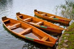 Barco de rowing de madera cerca de la orilla Fotos de archivo