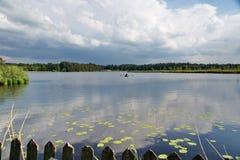 Barco de rowing en el medio de un lago en el allgäu Alemania Imagen de archivo libre de regalías
