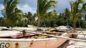 Barco de rowing en el ³ n de Playa Rincà en el ¡de Samanà en la República Dominicana Fotos de archivo
