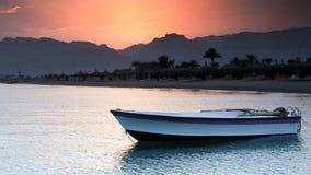 Barco de rowing en línea de la playa exótica Imagenes de archivo
