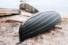 Barco de rowing de madera viejo para pescar en la playa Imagen de archivo libre de regalías