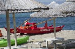Barco de rowing para el rescate en la playa Foto de archivo