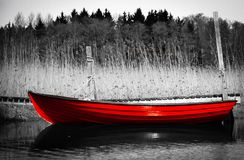 Barco de rowing rojo en el muelle fotografía de archivo