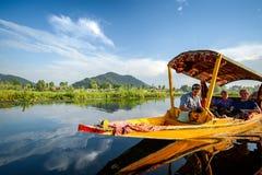 Barco de Shikara no lago Dal em Srinagar, Índia Fotos de Stock Royalty Free