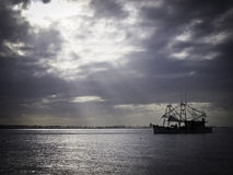 Barco de Shrimping durante o dia nebuloso imagem de stock