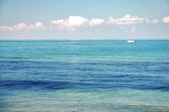 Barco de Smal no mar Imagem de Stock Royalty Free