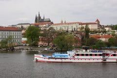 Barco de Sumava no rio de Vltava em Praga, com o castelo de Praga no fundo Imagem de Stock