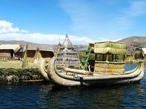 Barco de Totora en el lago Titicaca a gran altitud, Per? foto de archivo