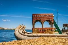 Barco de Totora en la isla de Uros, lago Titicaca, Perú fotografía de archivo libre de regalías
