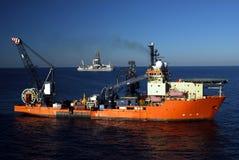 Barco de trabajo y nave de taladro Imagenes de archivo