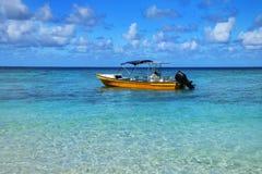 Barco de turista ancorado Gee na ilha na lagoa de Ouvea, ilhas de lealdade, Nova Caledônia foto de stock royalty free