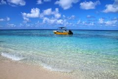 Barco de turista ancorado Gee na ilha na lagoa de Ouvea, ilhas de lealdade, Nova Caled?nia fotos de stock royalty free
