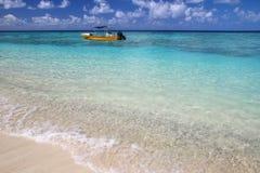 Barco de turista ancorado Gee na ilha na lagoa de Ouvea, ilhas de lealdade, Nova Caled?nia foto de stock