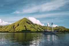 Barco de turista no oceano Imagens de Stock