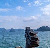 Barco de turista principal Vietname do dragão chinês Os destinos da parte superior de Vietname, ba?a longa do Ha vangloriam-se de foto de stock royalty free