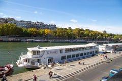 Barco de turistas amarrado perto de Alma Bridge sobre o Seine River em Paris, França foto de stock royalty free