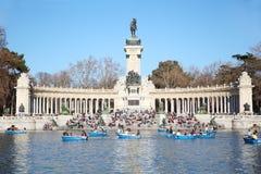 Barco de turistas cerca del monumento a Alfonso XII Fotos de archivo libres de regalías