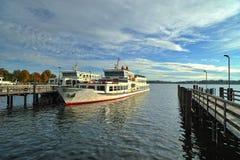 Barco de turistas en el lago Chiemsee en los sunries Fotos de archivo