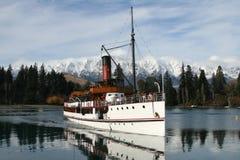 Barco de vapor en el lago Fotografía de archivo