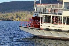 Barco de vapor viejo, con la rueda roja del rayo, el Minnie Haha, hacia fuera en el lago George, Nueva York, 2014 Fotos de archivo libres de regalías