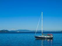 Barco de vela asegurado Imagenes de archivo