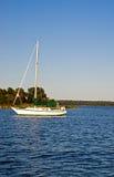 Barco de vela asegurado en la bahía de Chesapeake Imagenes de archivo