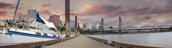 Barco de vela atracado en el puerto deportivo céntrico de Portland Oregon foto de archivo