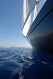 Barco de vela azul en la vela Foto de archivo libre de regalías