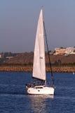 Barco de vela bajo potencia Foto de archivo libre de regalías