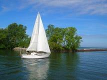 Barco de vela blanco Imagenes de archivo