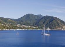 Barco de vela blanco asegurado en la bahía de Barbados Fotos de archivo