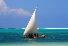 Barco de vela centroafricano tradicional del pescador imagen de archivo libre de regalías