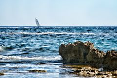Barco de vela cerca de Acciaroli Fotos de archivo