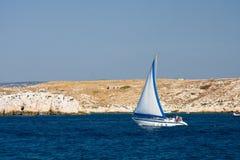Barco de vela cerca de la costa foto de archivo libre de regalías