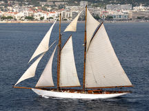 Barco de vela com velas Imagens de Stock