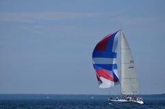 Barco de vela con la navegación de la vela de Spinaker en verano fotografía de archivo