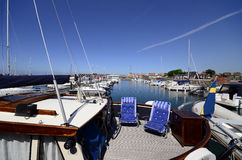 Barco de vela con las sillas en cubierta Fotografía de archivo