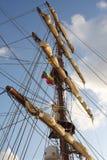 Barco de vela con las velas del conjunto Foto de archivo libre de regalías