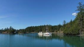Barco de vela con los fondos del cielo azul en la ensenada Marine Provincial Park del contrabandista Imágenes de archivo libres de regalías