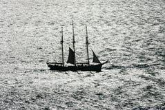 Barco de vela contra la luz Fotografía de archivo libre de regalías