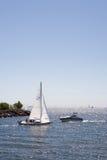 Barco de vela contra la motora Fotografía de archivo libre de regalías
