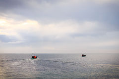 Barco de vela da pesca no oceano Foto de Stock