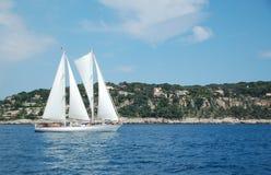 Barco de vela de la costa de riviera francesa Imagenes de archivo