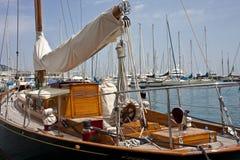 Barco de vela de lujo en el puerto deportivo imagen de archivo libre de regalías