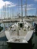 Barco de vela de lujo en el puerto deportivo fotografía de archivo