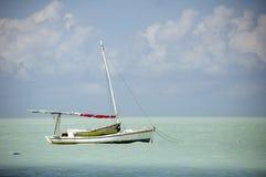 Barco de vela de madera amarrado en el Caribe Imagen de archivo